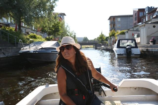 I sitt tidigare yrke som mäklare sålde Helena husen som ligger längs med kanalen.