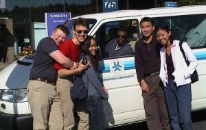 Studenter vid LiU på väg in i 8-sitsig minibuss utanför Volvos utställningshall i Göteborg