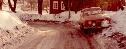 Saab Sport efter väjning (vänstertrafik) för mötande bil med låsta framhjul.