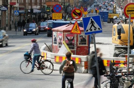 Telefoto från Hornsgatan i Stockholm som illustrerar problemet med prioritering av uppmärksamheten för bilförare.