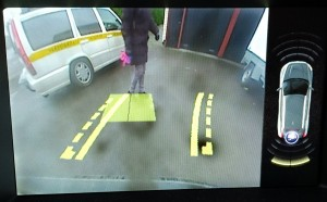 Parkeringshjälpkamerans bildskärm med varning från de ultraljudsbaserade P-sensorerna