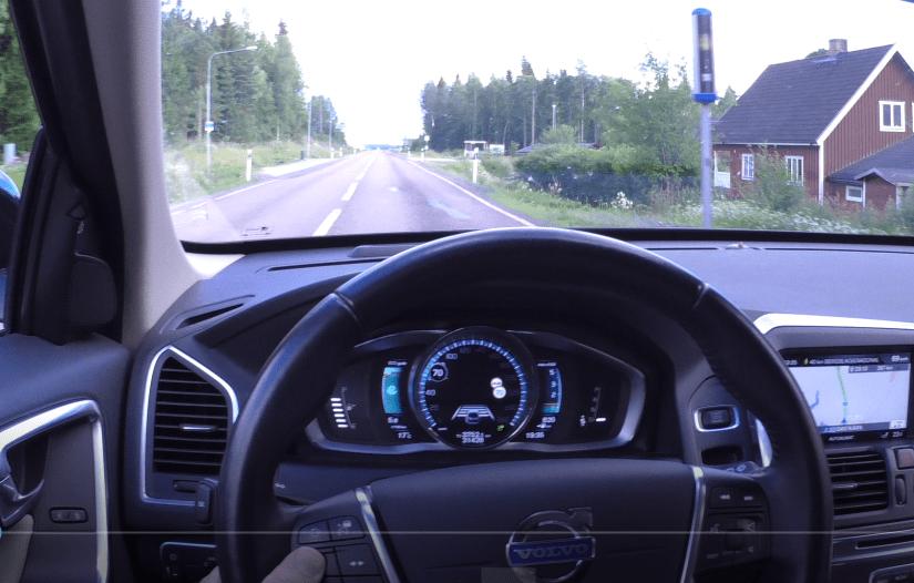 Förarperspektiv i Labb-Volvon före fartkamera