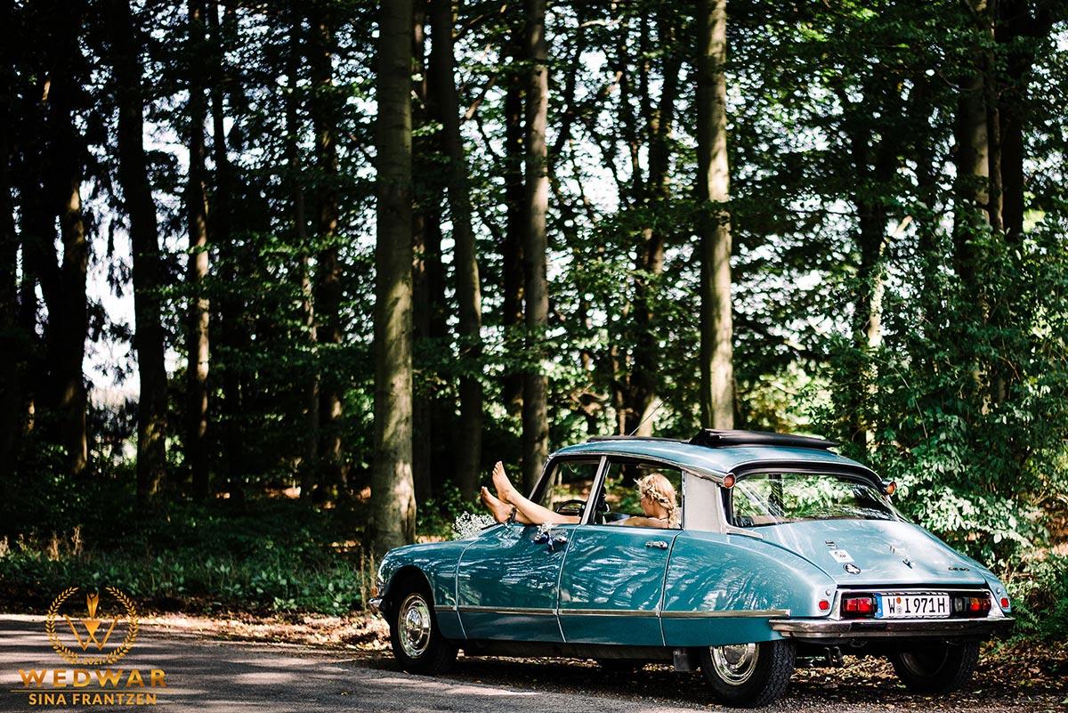 Trauzeugin relaxt im Auto während des Brautpaarshootings. Gewinnerbild Wedwar Awards C12 als Hochzeitsfotografin Remscheid.