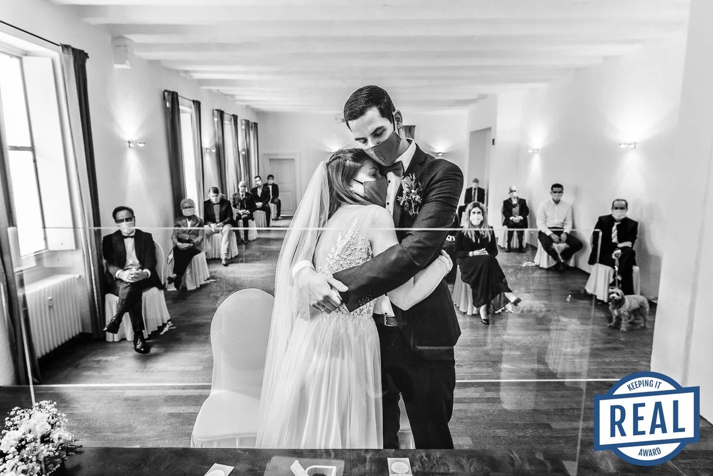 Brautpaar umarmt sich während der Trauung in der Pandemiezeit. Gewinnerbild Photographer Keeping it Real Awards als Hochzeitsfotografin Remscheid.