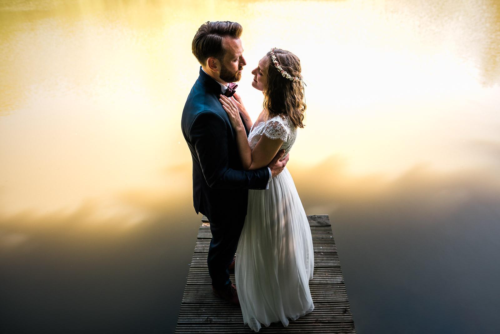 Brautpaar vorm Teich bei ihrer Hochzeit in Leverkusen auf dem Bauernhof. Hochzeitsfotografin Remscheid