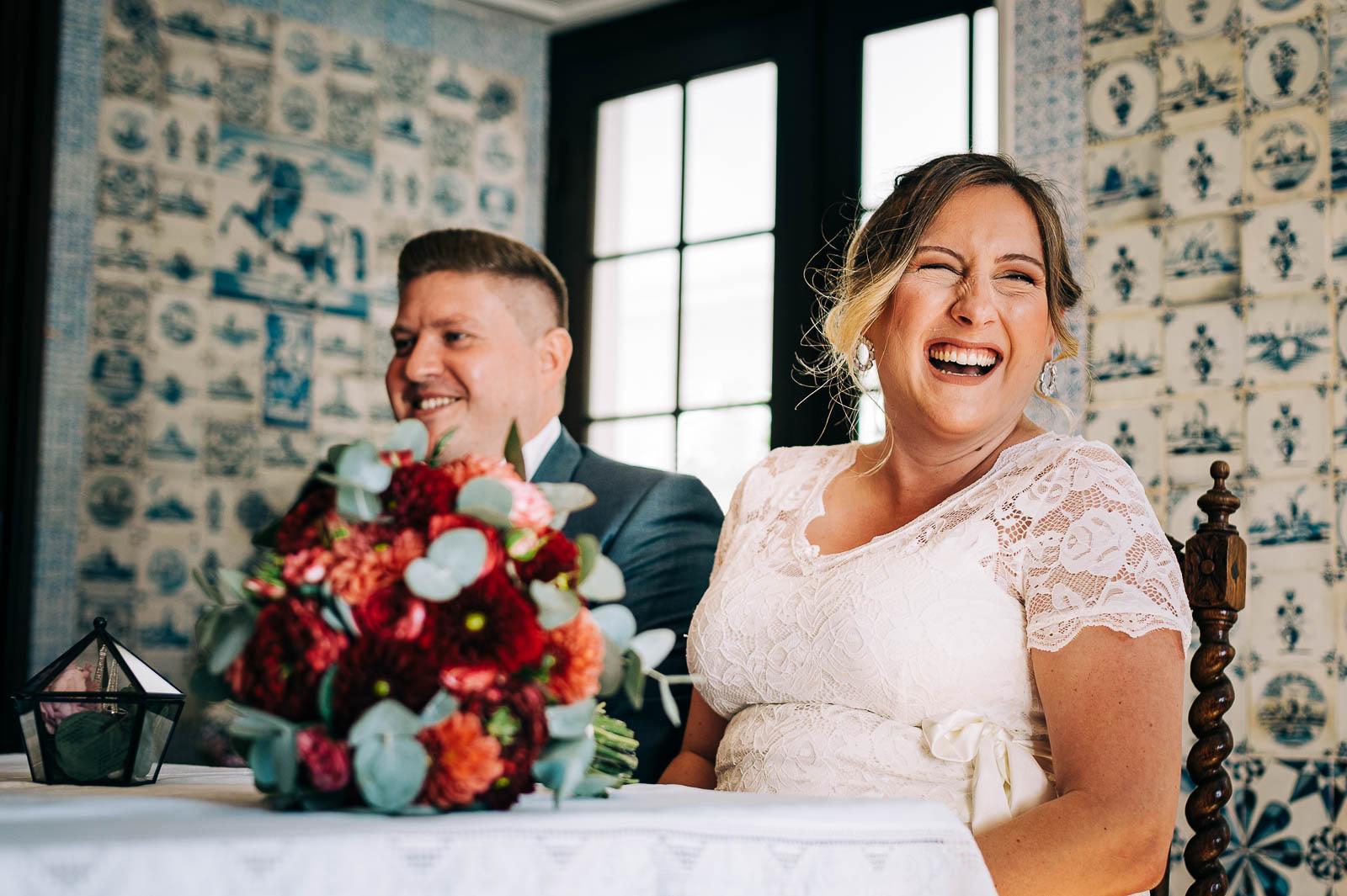 Fröhliche Braut während der standesamtlichen Hochzeit auf Schloss Eulenbroich - Hochzeitsfotografin Remscheid