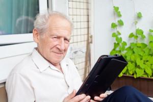 Auch Tablets eignen sich für Senioren, die Sehschwierigkeiten haben. © Anna Lurye - Fotolia.com