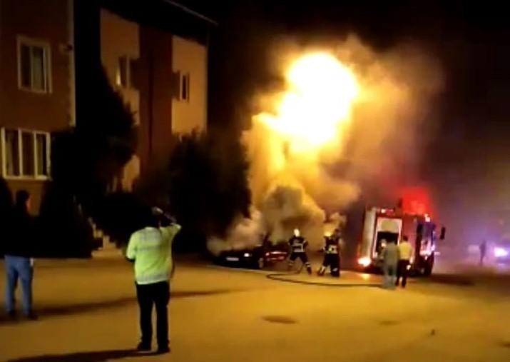 Park halindeki otomobilde çıkan yangında araç kullanılmaz hale geldi