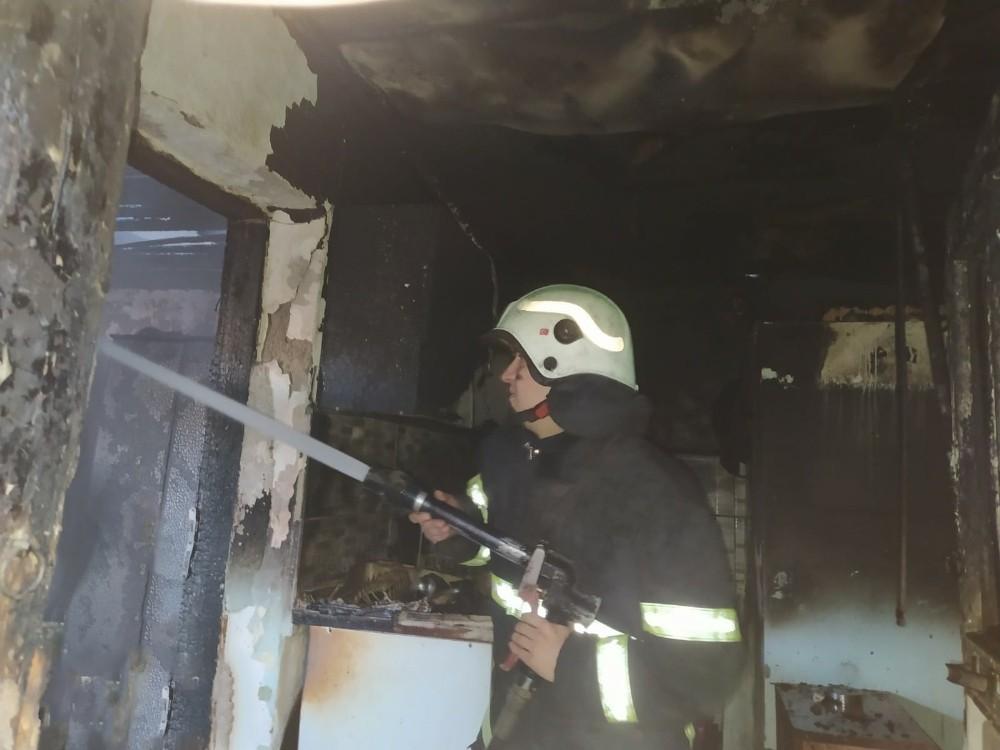 Tek katlı metruk evde çıkan yangın korkuttu