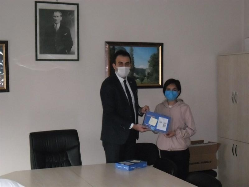 Uzaktan eğitime katılabilmeleri için öğrencilere tablet dağıtıldı
