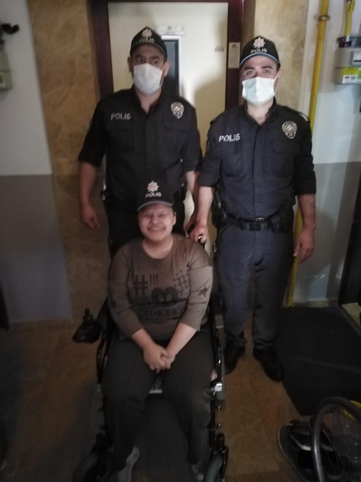 SMA hastası genç kıza polis ekiplerinden doğum günü sürprizi