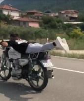 Motosiklet üzerine yatarak tehlikeli yolculuk