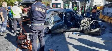 Yol kenarında park halindeki tıra arkadan çarptı; 3 kişi yaralandı