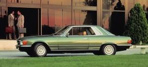 SLC i flot 70er-grøn. Billedet viser den enormt lange akselafstand. Billede fra original Mercedes-salgsmateriale.