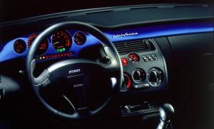 Pininfarina har designet det stilfulde interiør, hvor lakfarven er gennemgående i striben på instrumentbordet.