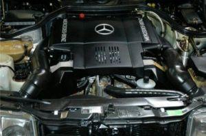Den store V8 levner ikke meget plads i motorrummet!