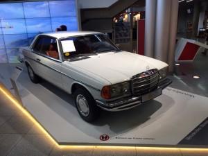 Man ved, man er i Stuttgart, når der står en gammel Mercedes W123 udstillet i lufthavnen!
