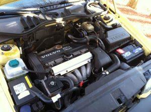Med en 5-cylindret motor på tværs blev der godt pakket i motorrummet, men det hele er arrangeret nydeligt