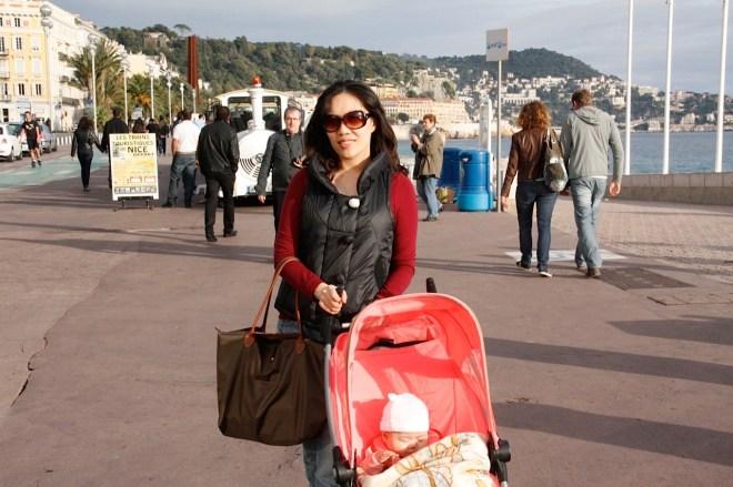 在南法的日子,每日出門就像照片中提的一小包,完全不像五個月嬰兒出門該有的裝備。(攝於法國尼斯)
