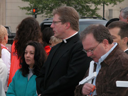 Fr. Klotter, Pastor of St. Martin of Tours Catholic Church, praying at abortion mill in Louisville, KY