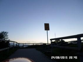 Aha-her-står-skiltet med omvej 2 meter fra broen...