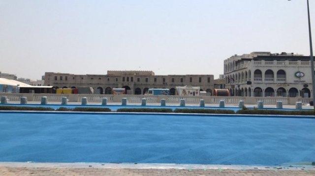 Зачем в Катаре асфальт красят в синий цвет
