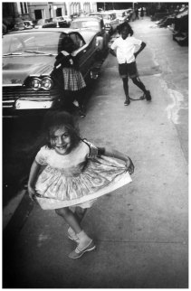 garry-winogrand-laura-curtsy