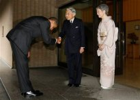 Obama Bows Before Emperor Akihito