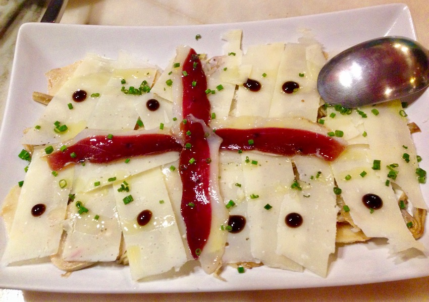 Carpaccio de alcachofas, jamón de pato, parmesano y crema de balsámico trufado. (Carpaccio of artichokes, duck 'ham' with a balsamic reduction wit truffles.)