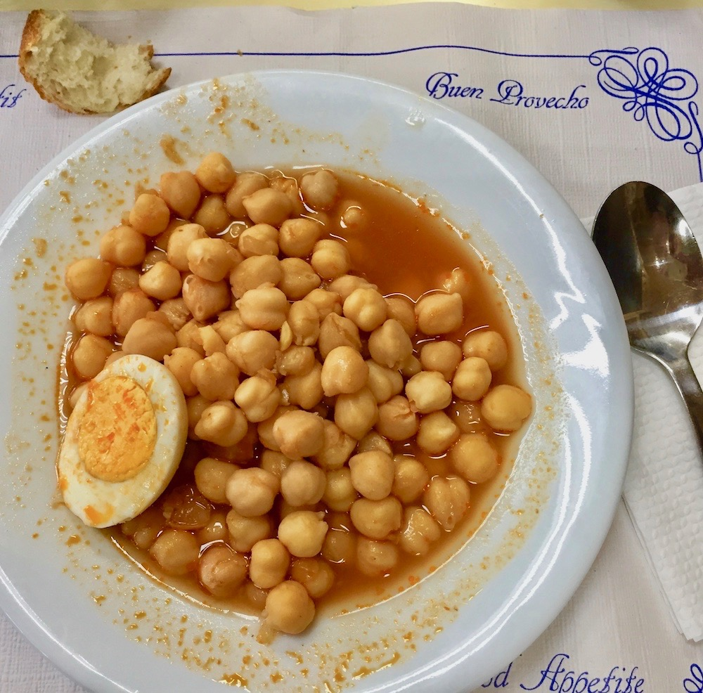 Cigrons (chickpeas) amb ou dur as served at Gelida