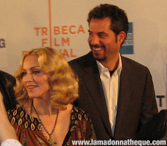 "Madonna et son gérant Guy Oseary lors de la Première du film ""I Am Because We Are"" en 2008 à New-York."