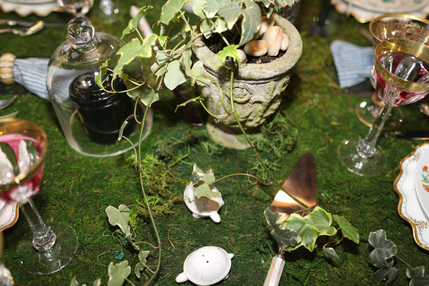 Close-up of ivy garlands and moss tabletop at Art of The Table.