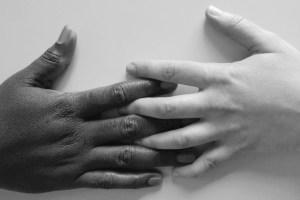 manos blanco-negro