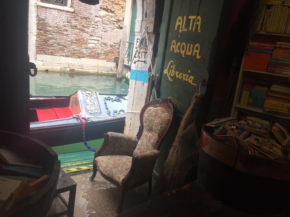 Accesso al canale dalla libreria Acqua Alta a Venezia