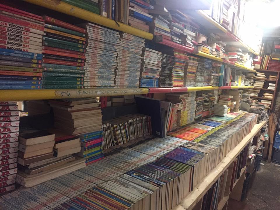 Scaffali nella libreria Acqua Alta a Venezia