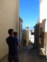 Con papà a spasso per le vie del centro storico.