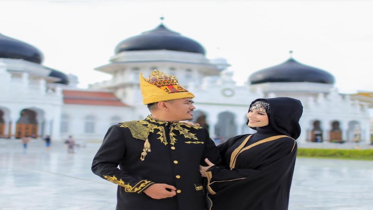 Merasa bangga karena dirinya telah memeluk agama islam ialah Tiphanae wanita cantik asal perancis yang menikahi seorang pria Aceh .