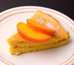 スライス柿をのせた柿のケーキ
