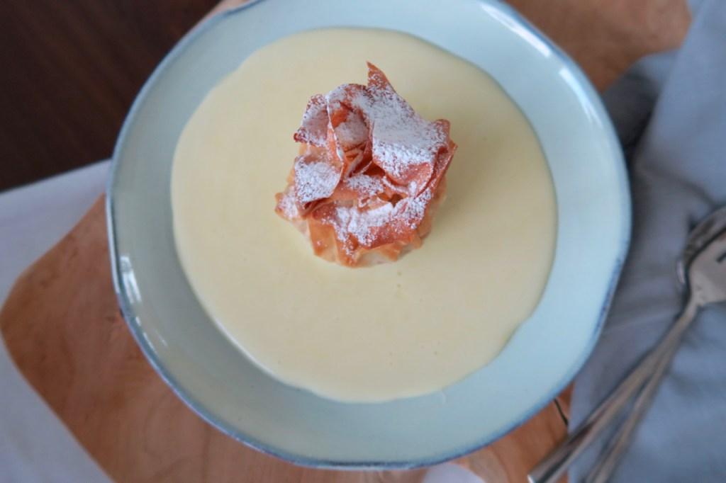 Apfelstrudelsäckchen mit Vanillesauce