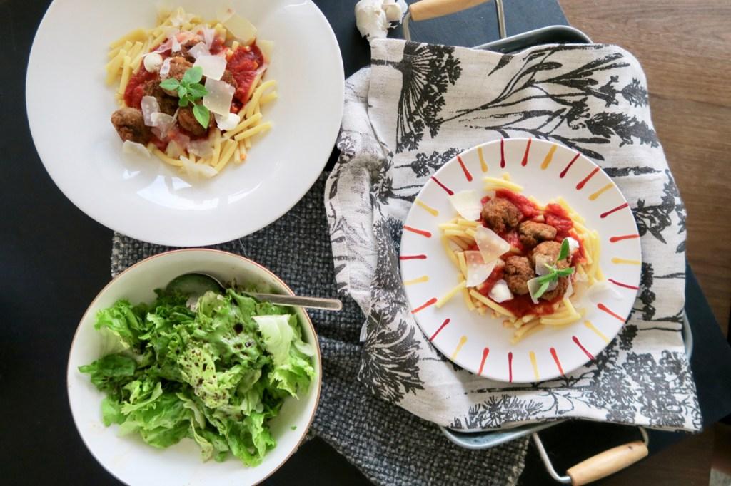 Maccaroni mit knusprigen Fleischbällchen und Tomatensauce
