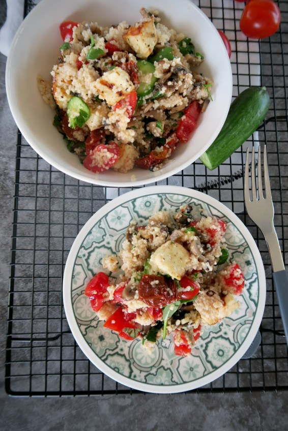 Couscous Salat mit gegrilltem Halloumi