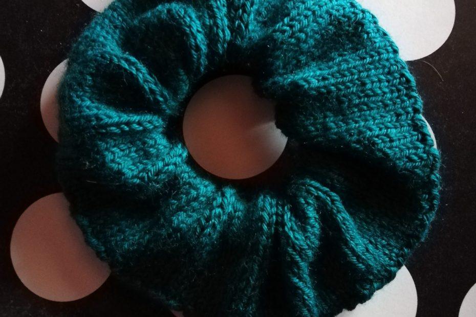 scrunchie au tricot avec des restes de laine