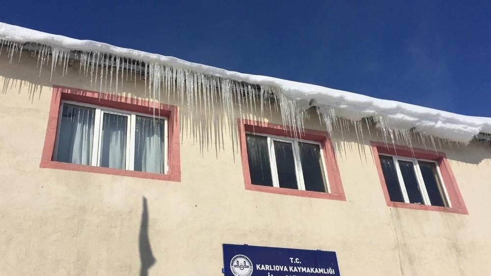 Karlıova'da kar yerini soğuk havaya bıraktı, eksi 21'i gördü