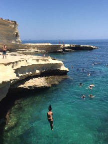 Beim Felsenspringen auf Malta