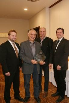 Bgm. Alois Vogl, Bgm. Anton Priesching und Vizebgm. Franz Erber (von links) bedankten sich bei Obmann Peter Nussbaumer (2. von links) für die Arbeit der Bürgerinitiative mit einer Glasskulptur