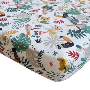 BINK Bedding hoeslaken Zoë 90x200 cm met kleurrijke toekans, luiaards, tijgers, apen, pagegaaien en bladeren op een witte ondergrond.