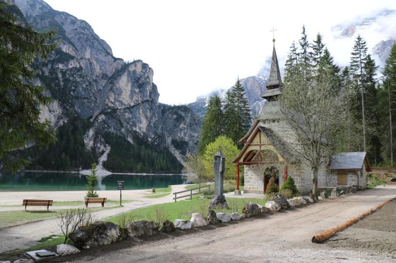 Pragser Wildsee mit Kapelle am Ufer