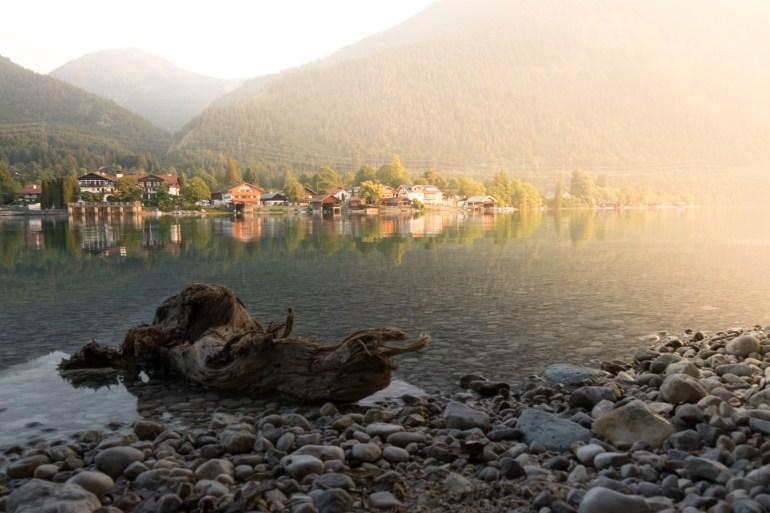 Seitliche Sonneneinstrahlung nach dem Sonnenaufgang am Walchensee