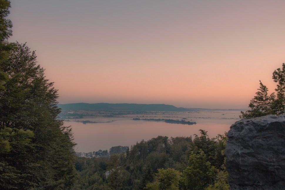 Erste Morgenröte auf halbem Weg auf den Jochberg