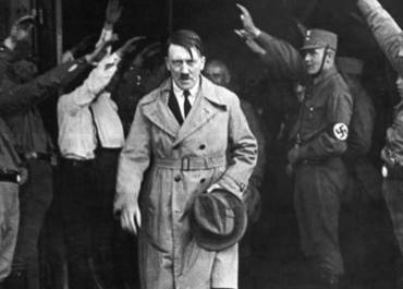 mage of the 5 of December of 1931 at the moment in which Hitler leaves the headquarters of the Nazi party in Munich.
